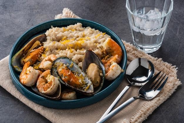 Risotto z owocami morza. ryż z krewetkami i małżami.