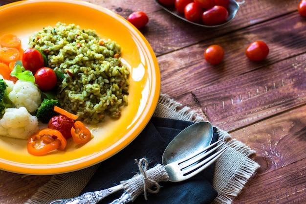 Risotto z warzywami, na drewnianym tle