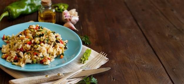 Risotto z warzywami na starym drewnianym stole