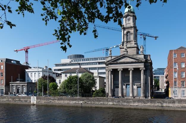 Riverside of liffey zdominowany przez kościół św. pawła w dublinie, irlandia