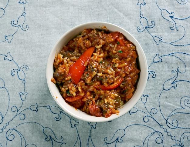 Riz Au Gras - Tłusty Ryż Z Wołowiną I Marchewką. Kuchnia Afrykańska Premium Zdjęcia