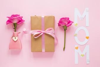 Róża w wazonie z pudełko i napis Mama