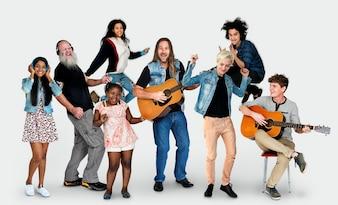 Różnorodni ludzie Cieszą się życiem studio muzyki na białym tle