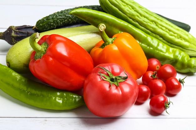 Ró? ne kolorowe warzywa na bia? ym drewnianym stole