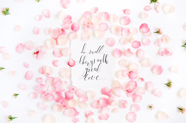 Rób małe rzeczy z wielką miłością. inspirujący cytat wykonany kaligrafią i kwiatowym wzorem z płatkami różowej róży