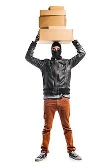 Robber trzyma pudełka