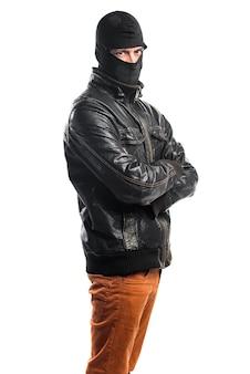 Robber z rękami skrzyżowanymi