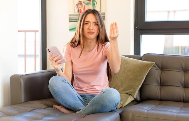 Robiąc gest kaprysu lub pieniędzy, nakazując spłatę długów!