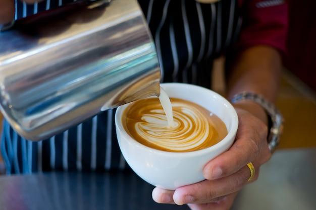 Robiąc gorącą kawę, rano zrelaksuj się