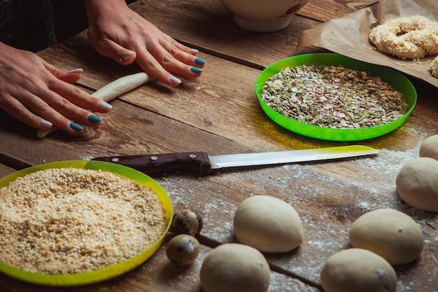 Robić ciasto tubce kobietą przy piekarnia wysokiego kąta widokiem
