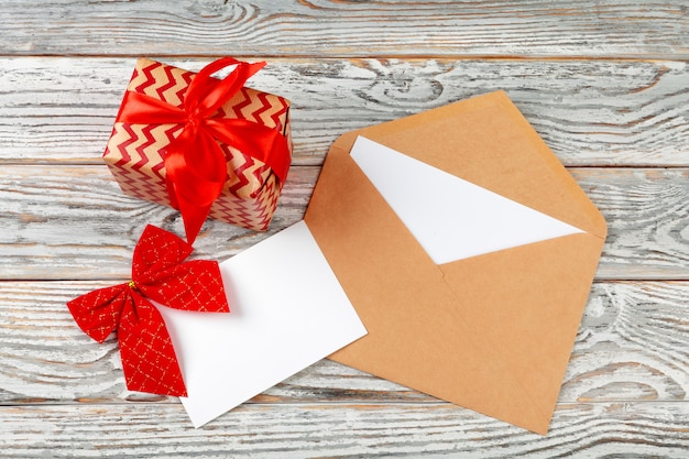 Robić liście na nowy rok, bożego narodzenia pojęcia writing na drewnianym tle