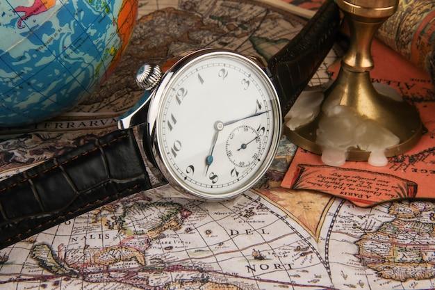 Robić martwą naturę, używając drogiego zegarka