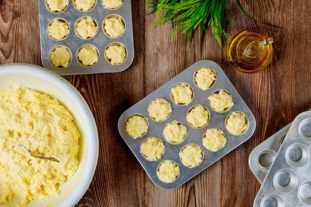 Robienie ciasta do pieczenia chleba serowego zwanego chipa.