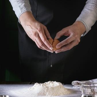 Robienie ciasta kobiecymi rękami