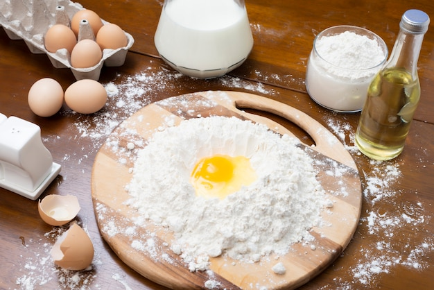 Robienie ciasta z jajek i mleka.