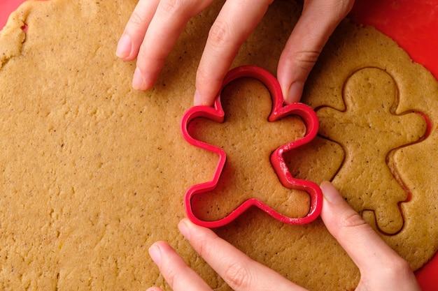 Robienie ciasteczek imbirowych na walentynki w kształcie dziewczynki i chłopca.