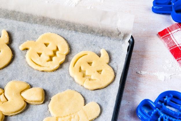 Robienie ciasteczek na halloween i święto dziękczynienia. zabawa dla dzieci, przekąska na imprezę.