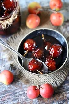Robienie dżemu z niebiańskich jabłek