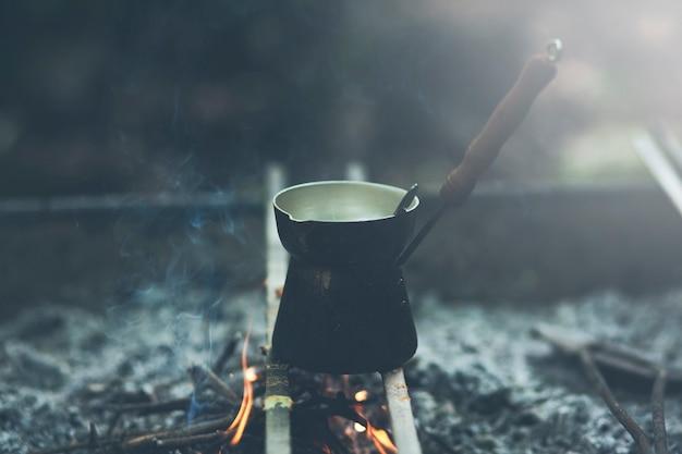 Robienie kawy w kominku na kempingu