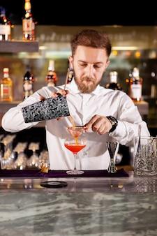 Robienie koktajlu przy barze. świeży koktajl