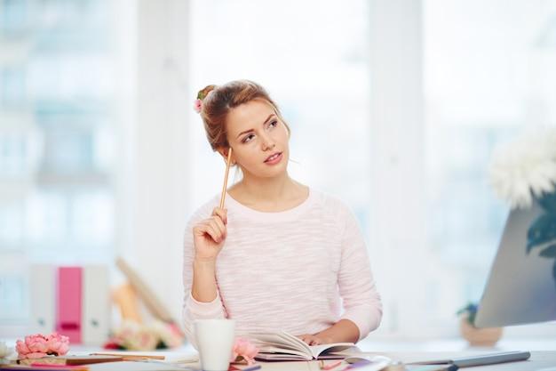 Robienie listy rzeczy do zrobienia w pięknym biurze