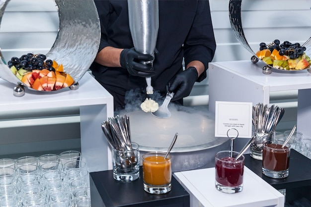 Robienie lodów z ciekłym azotem, pokaz szefa kuchni. lody w ciekłym azocie