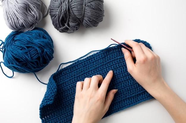 Robienie na drutach. szydełkowa ręka. haczyk na drutach. widok z góry.