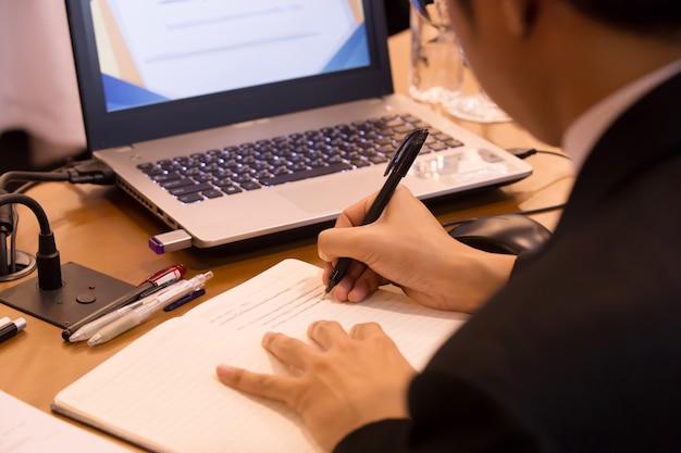 Robienie notatek podczas oficjalnych spotkań