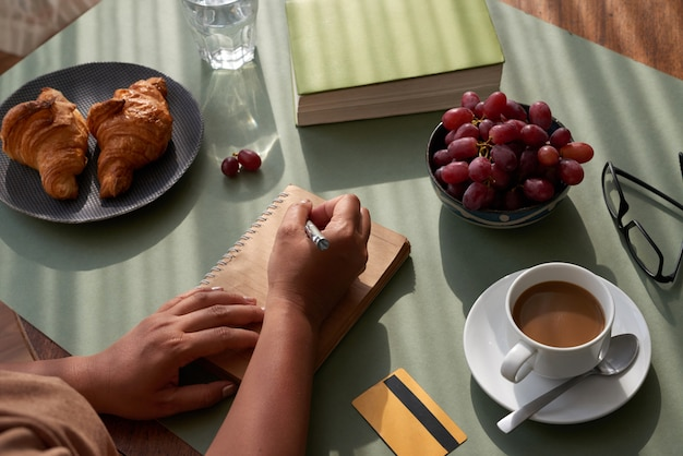 Robienie notatek przy stole w kuchni