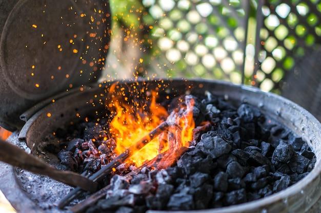 Robienie podkowy. gorąca kuźnia używana przez kowali.