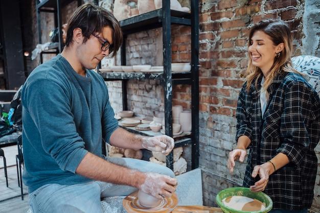 Robienie ręcznie robionego glinianego naczynia. lekcja garncarstwa, hobby.