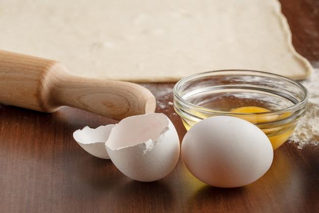 Robienie rogalika na drewnianych naczyniach kuchennych