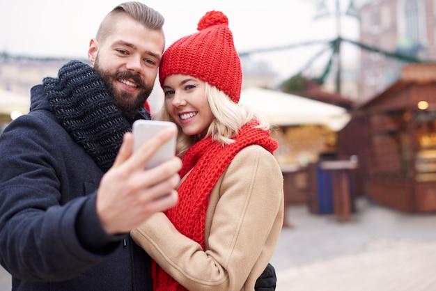 Robienie selfie obok jarmarku bożonarodzeniowego