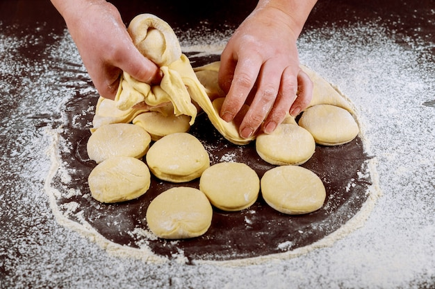 Robienie słodkich pączków z surowego ciasta drożdżowego