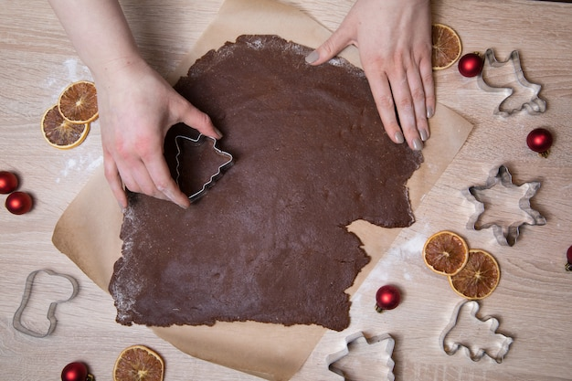 Robienie świątecznych ciasteczek z piernika,