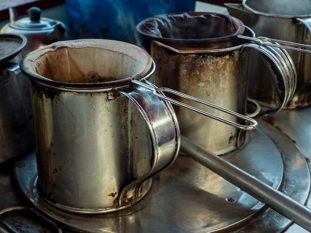 Robienie tradycyjnych porannych czarnych przerw kawowych.