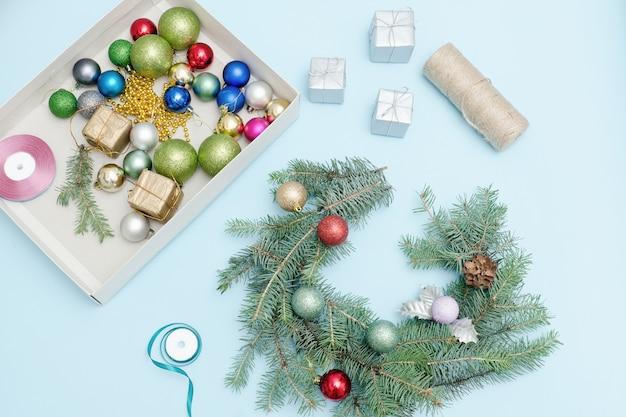 Robienie wieńca świątecznego. bombki choinkowe, wstążki.