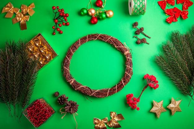 Robienie wieńca świątecznego. boże narodzenie i nowy rok