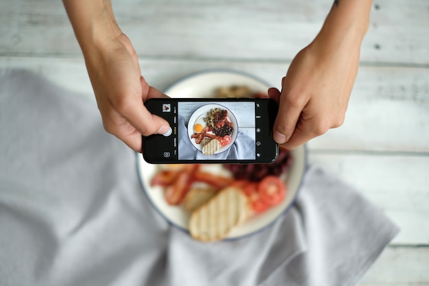 Robienie zdjęcia angielskiego śniadania