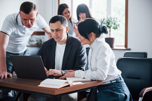 Robimy to razem. ludzie biznesu i menedżer pracujący nad nowym projektem w klasie