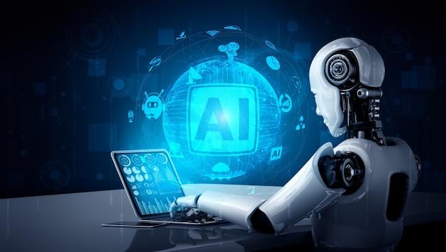 Robot humanoidalny używa laptopa i siedzi przy stole w koncepcji mózgu myślącego ai
