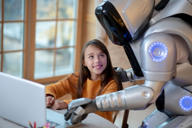 Robot i dziewczyna oglądają filmy online