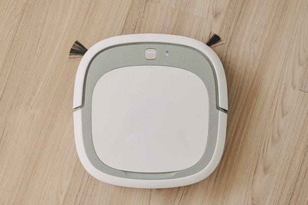 Robot odkurzacza pracuje na podłodze mieszkania