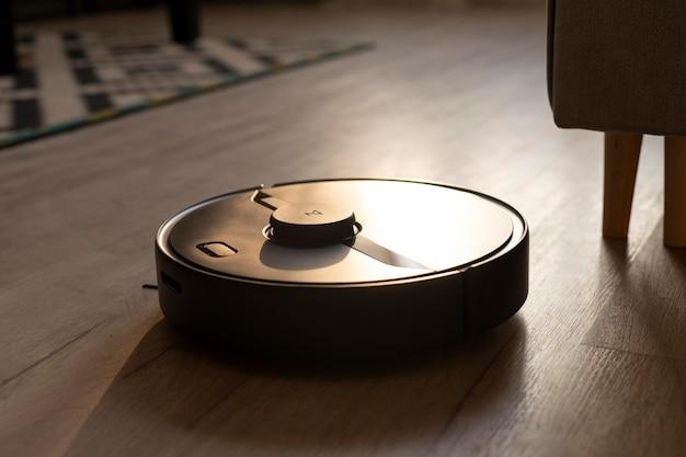 Robot odkurzający wykonuje swoją pracę w domu