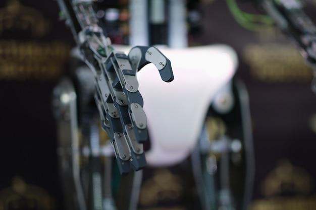 Robot wyciągający metalową rękę do zbliżenia uścisku dłoni