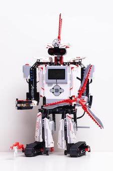 Robot z klockami zabawek i drutami