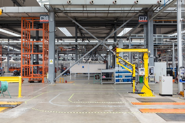 Robot zbierający w pracy. wnętrze magazynu zakładu: robot przemysłowy do kompletacji w pracy, bez ludzi