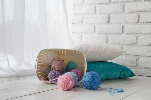 Robótki ręcznie robione koncepcja rekreacyjna, organizery domowe kolorowe kosze z akcesoriami