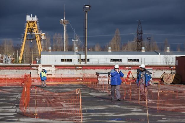 Robotnicy i personel elektrowni jądrowej w czarnobylu zakończyli budowę ruchomego łuku nad obiektem shelter czwartego bloku energetycznego