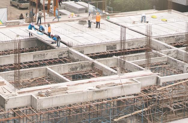 Robotnicy pracujący na budowie w celu utworzenia nowego budynku udonthani tajlandia.
